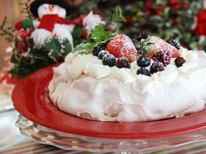 Bolo suspiro decorado com morango e frutas vermelhas