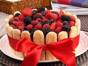 torta de morangos com frutas vermelhas e bolacha champagne